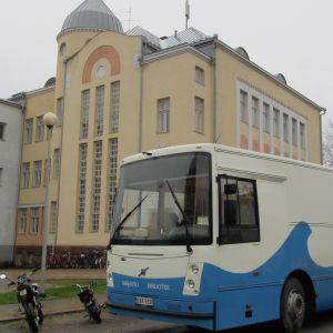 förhandsröstning utanför Lovisa gymnasium