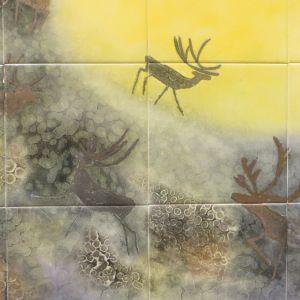 Kuvassa osa Annikki Riekon posliinimaalauksessa, jossa näkyy poroja ja aurinko