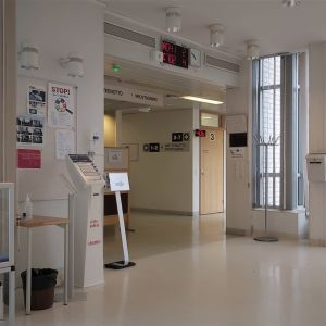 Ett tomt väntrum i ett sjukhus.