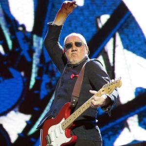 Pete Townshend spelar elgitarr och har ena armen uppe i luften.