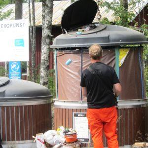 Avfallsbehållarna vid Tirmo ekopunkt i Borgå töms