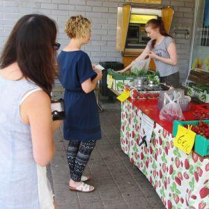 Rune Drockilas bär, grönsaker och äpplen säljs utanför en mataffär i Pyttis, Broby