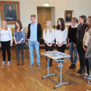 Elever vid Borgå gymnasium med lärare Bodil Lund