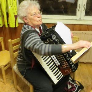 Lovisas spelmanslag övar inför 40-årsjubileet 31.1.2015, på bilden Margaretha Häggblom som har varit med från början