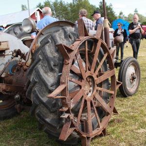 Traktorer med olika sorters utrustning fanns också.