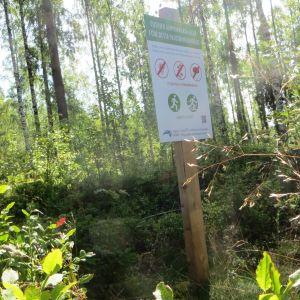 Varningsskylt för plockning av bär och svampar längs motionsbanan i Nickby