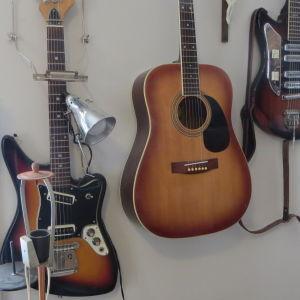 Möbeltapetserare Mauritz Möllers verkstad och butik Krinti vid Saltbodstorget i Lovisa med hans gitarrer på väggarna