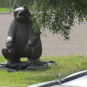 En björnskulptur av trä invid ekopunkten i Tarkis, Borgå