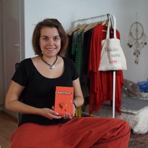 En finländsk kvinna i sitt hem i konstprojektet 101 för alla.