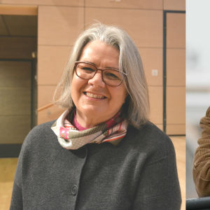 Till vänster närbild på leende gråhårig dam, till höger blond medelålders man