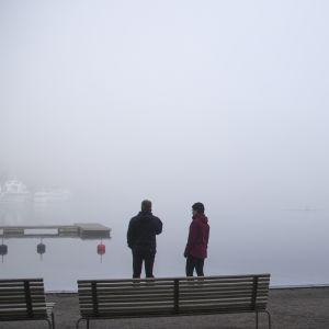 Ihmisiä ihmettelemässä sankkaa sumua Lappeenrannan satamassa.