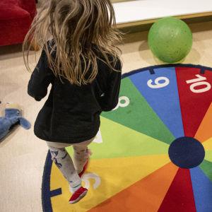 Lapsi leikkimässä päiväkodissa.