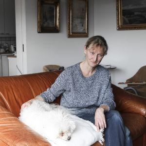 Collage, en kvinna i den vänstra bilden sitter i en soffa och klappar en hund. Hon ser allvarlig ut. På högra sidan ett foto ut ett fotoalbum, på en äldre man i sjukhuskläder som sitter i en rullstol. I famnen har han samma hund.