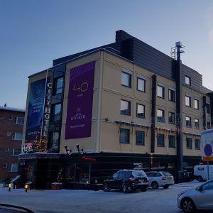 City-Hotelli Rovaniemellä, oikealla parkkihalli, jonka tilalle suunnitellaan 9-kerroksista hotellia