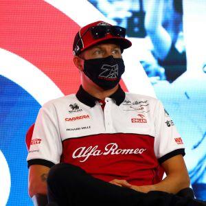 Kimi Räikkönen svarar på frågor på en presskonferens i Silverstone.