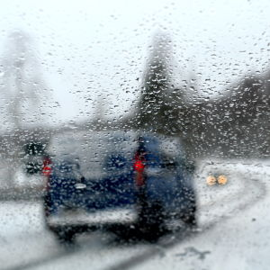 snöig väg fotad genom vindrutan på en bil