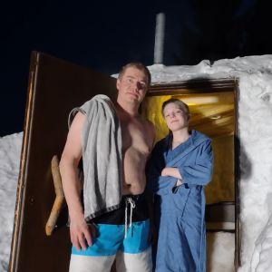 Tuomo ja Veini Kinnunen rakentamansa lumisaunan ovella.