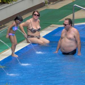 Familjen Nordmyr i simbassäng utomhius fotat uppifrån.