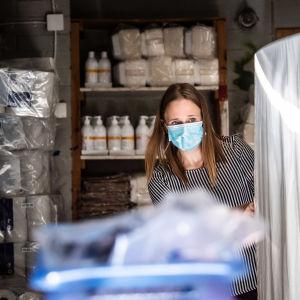 Meri Korniloff työntää sermiä väliaikaisen terveydenhoitopisteen telttaan.