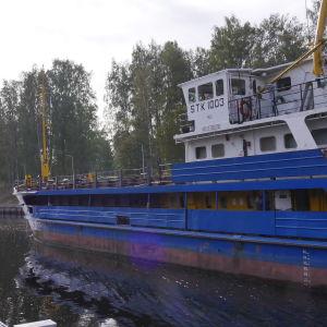 Venäläinen rahtilaiva menossa Saimaan kanavalla Mälkiä sululle.