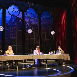 Näyttelijöitä hämeenlinnan teatterin lavalla.