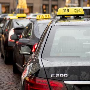 Taxibilar vid järnvägsstationen i Helsingfors centrum.