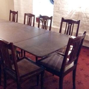 Matsalsbord och stolar.