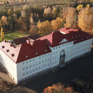 Raseborgs nya stadshus filmat från luften.