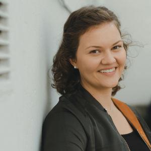Sofie Lundell framför en vit vägg.