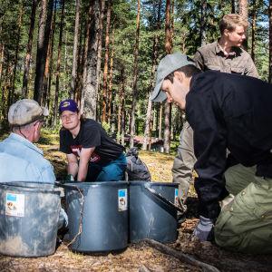 Arkeologisia löytöjä Hanko 1941-hankkeen kaivauksilla kurssilaisia.