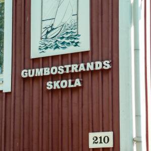 Gumbostrand skolas röda fasad.