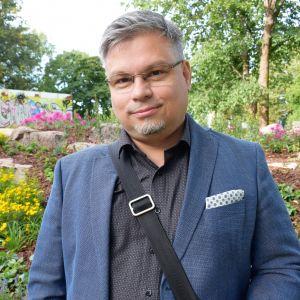 Kirjailija Tommi Kinnunen Samppalinnanmäellä Turussa
