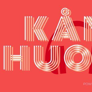 Kuvassa on Areena podcast Kånehuoneen logo. Punaisella pohjalla on kuulokkeet joiden päällä lukee Kånehuone.