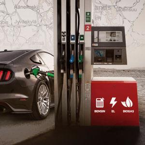 Montage på en elbil bredvid en laddstation.