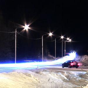 vägbelysning vid landsväg på vintern