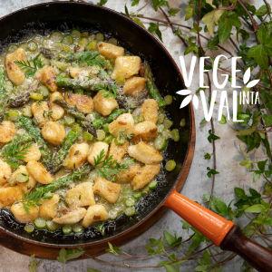 Vegetarisk gnocchi fotograferad i stekpanna