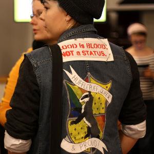 Hufflepuff, Queer & Proud- text på jeansjacka på Popcult Helsinki 2015.