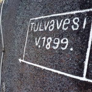 Kymijoen suurtulvasta kertova merkki Virtakiven kalliossa Kouvolassa