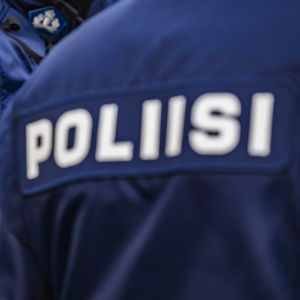 Kaksi poliisia työvaatteissa.