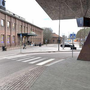 Kaukoliikenteen linja-autolaituri. Taustalla rautatieasema ja taksitolppa.