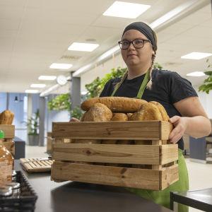 Sini Tuuva tuomassa leipiä tarjolle.