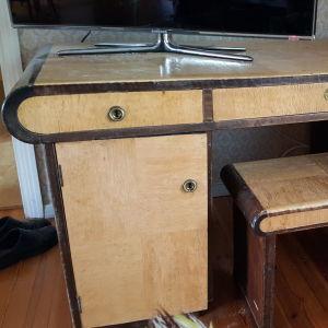 Ett gammalt massivt skrivbord