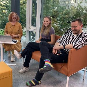 Pamela Granskog, Jenina Nyström och Rolf Blauberg diskuterade höstens första studentprov i Tölö gymnasium under ledning av Heidi Finnilä.