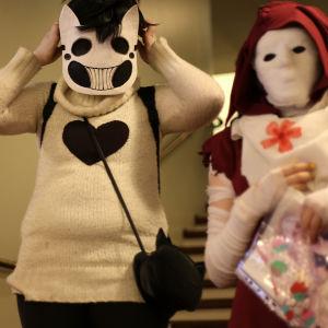 Tre kvinnor utklädda till animekaraktärer på popcult Helsinki 2015.