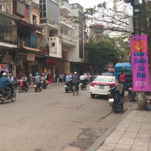 Trafik på en gata i Hanoi.