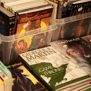 Försäljningbord med serier och böcker på Popcult Helsinki 2015.