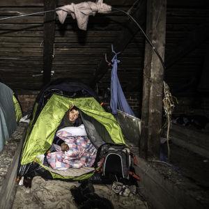 Romsk kvinna i tält.