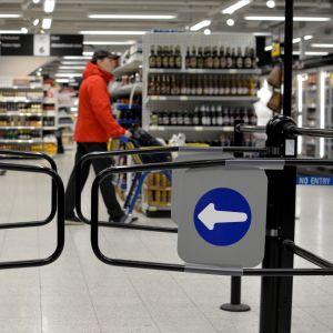 Ingång till matbutik med stängda automatportar.