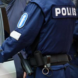 Polis vid polisbil.