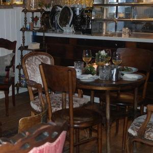 Hopplock av gamla möbler i Café Källarvinden i Kasnäs